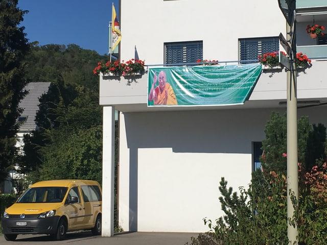 Haus, an dem Transparent hängt