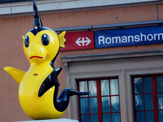 Vor dem Bahnhof Romanshorn steht eine vogelähnliche, gelb-schwarze Skupltur.