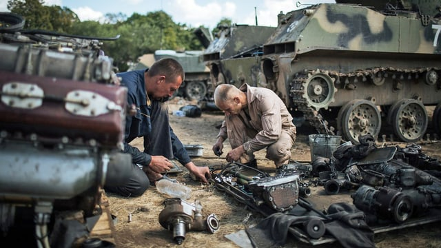 Ukrainische Soldaten bereiten Panzer im Basislager in Debalcevo vor. (keystone)