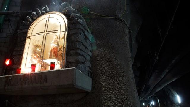 Eine Gebetsstätte bei einem Tunnel.