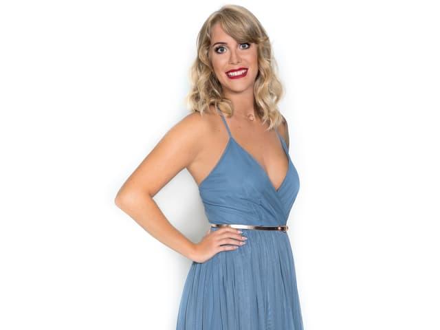 weisser Hintergrund, blonde Haare, hellblaues Kleid