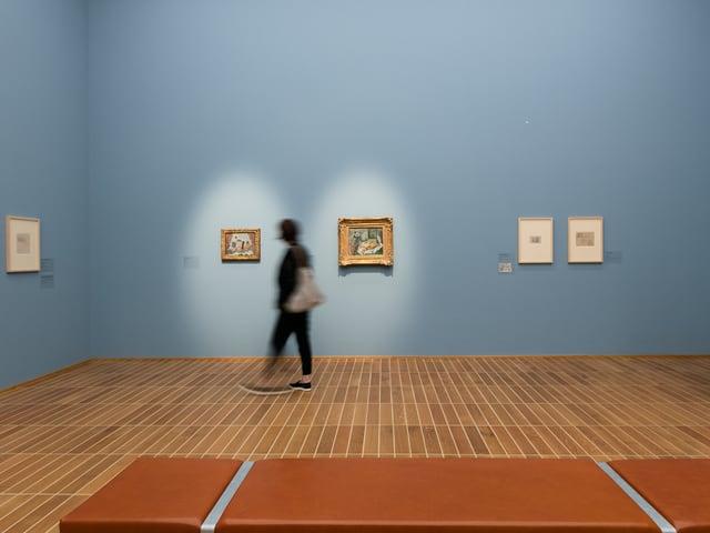 Ausstellungsraum mit blauen Wänden