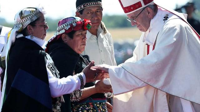 Papst Franziskus beim Treffen mit den Ureinwohnern.