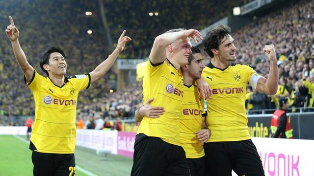 Die Dortmunder freuen sich über den Derbysieg.