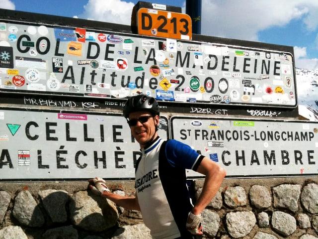 Der Autor posiert im Velodress auf der Passhöhe.