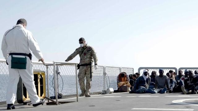 Flüchtlinge sitzen auf einem Boot.