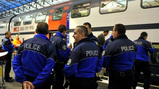 Bahnpolizisten stehen vor einem Intercity-Zug der SBB.