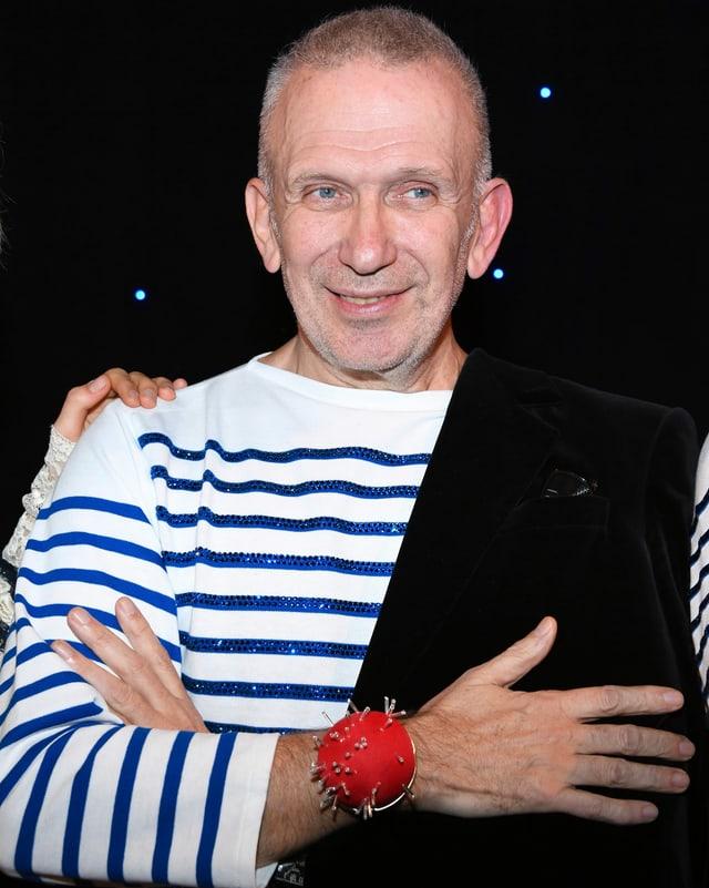 Gaultier in einem gestreiften Shirt.