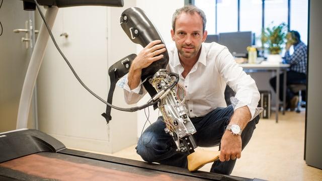 Cybathlon-Initiator Robert Riener mit einer Beinprothese in der Hand