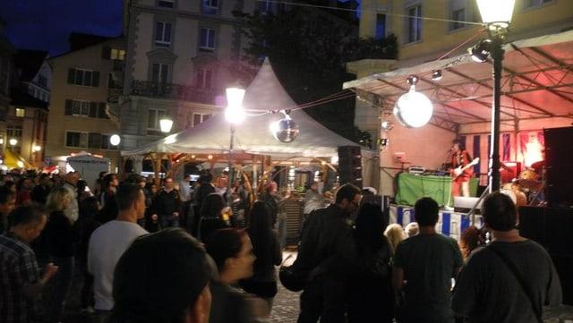 Leute feiern am «Dörflifäscht» 2012 auf dem Hirschenplatz