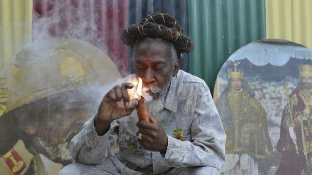 Bunny Wailer raucht Cannabis in Jamaika