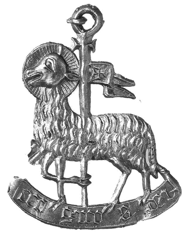 Pin mit Lamm und Inschrift