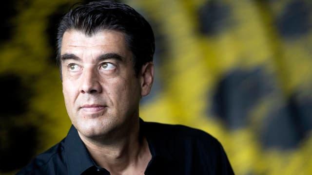 Der Regisseur Fred Melgar in einem schwarzen Hemd.