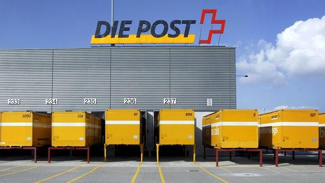 Plirs containers avant in center da pachets da la Posta svizra.