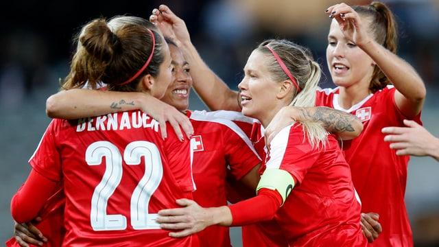Die Schweizer Frauen-Nati bejubelt einen Treffer