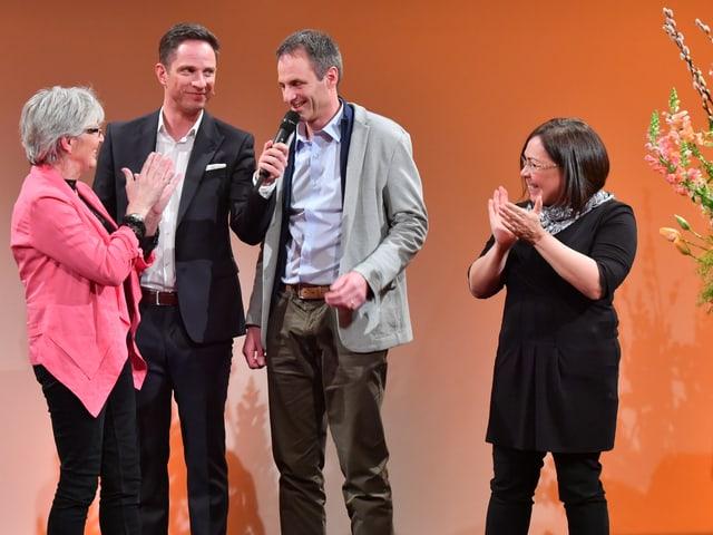 Die Nominierten stehen bei Moderator Adrian Küpfer und klatschen Beifall.