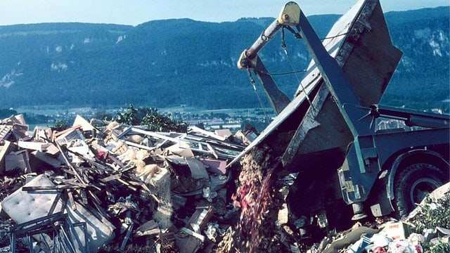 Altes Bild, Bagger kippt Abfall auf Abfallhalde.
