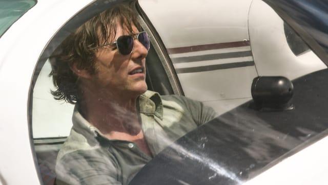 Barry Seal pilotiert ein Kleinflugzeug.
