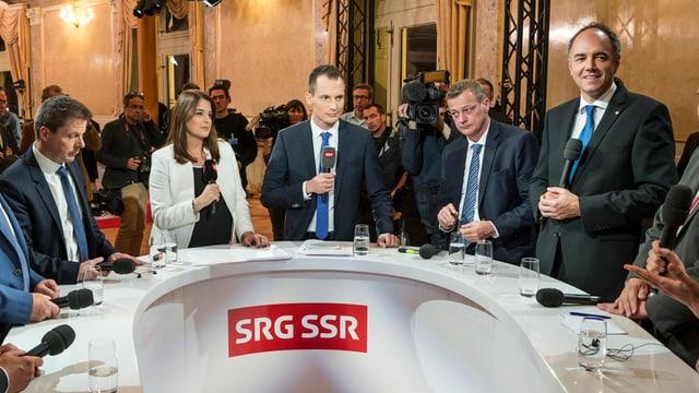 Der Grünliberale Bäumle (links), Darbellay von der CVP und BDP-Mann Landolt (von rechts). In der Mitte die SRF- resp. RTS-Moderatoren Projer und Morard.