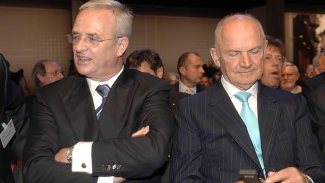Martin Winterkorn und Ferdinand Piëch stehen Schulter an Schulter.