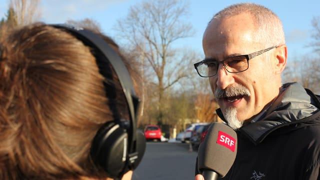 Christian Peter im Gespräch mit einer Reporterin.