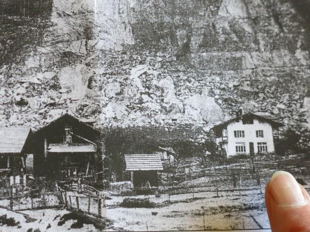 Die Felswand, darunter Häuser.