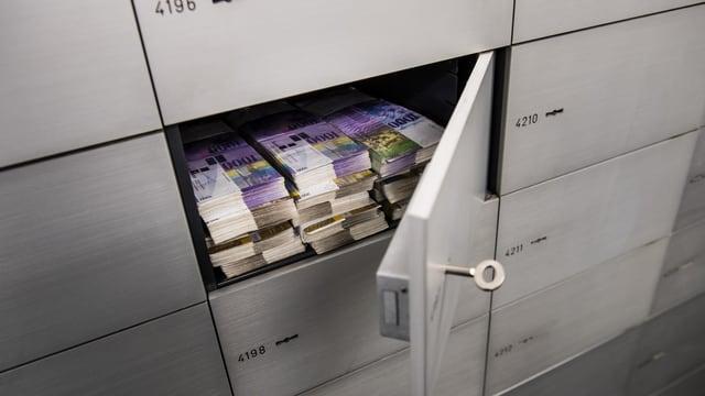 Banknoten in einem Schliessfach.