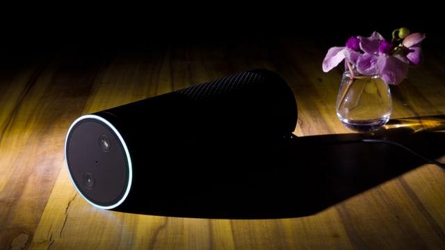 Amazon Alexa liegt auf einem Tisch