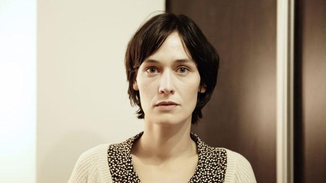 Eine Frau mit dunkeln, kurzen Haaren.