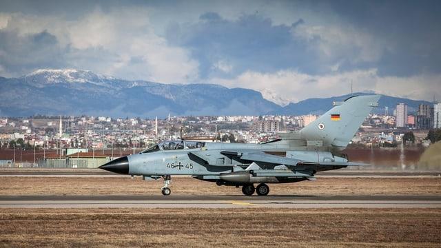 Ein Tornado der Deutschen Bundeswehr auf der Landebahn der Luftwaffenbasis in Incirlik.