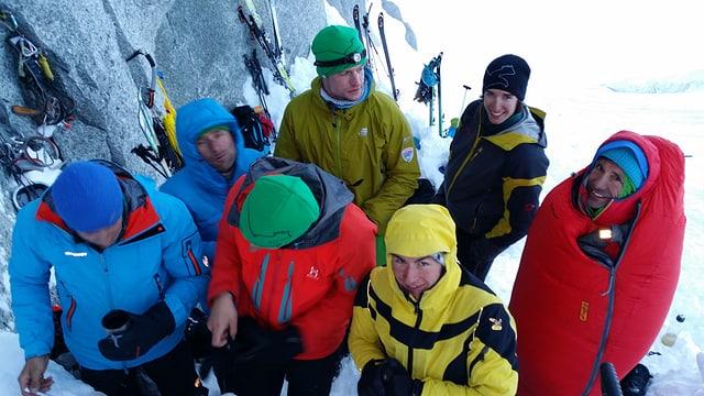 Menschen in den Bergen warm eingepackt.