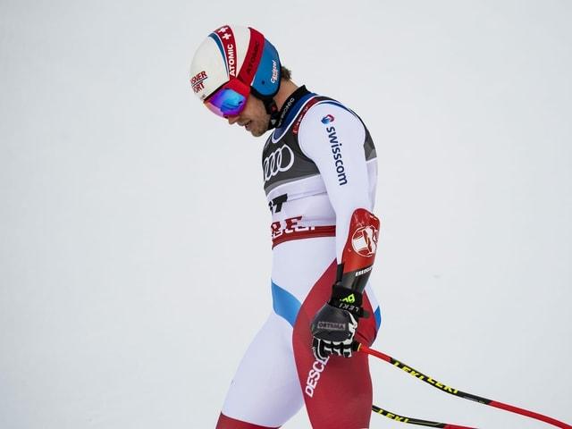 Mauro Caviezel schaut in den Schnee.