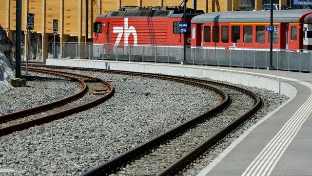 Ein Zug der Zentralbahn im Bahnhof auf dem Brünig.