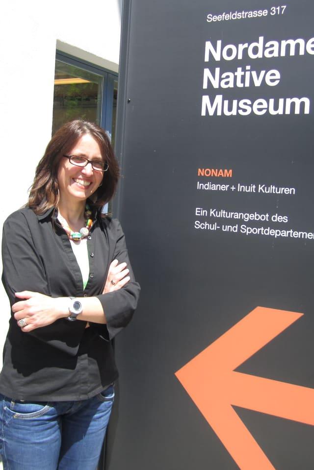 Die Direktorin des NONAM, Heidrun Löb, vor dem Eingang ihres Museums.