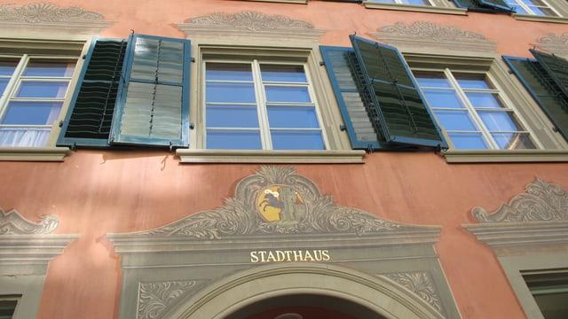 Die imposante Fassade des Schaffhauser Stadthauses mit seiner roten Farbe und den reicht bemalten Fensterrahmen.
