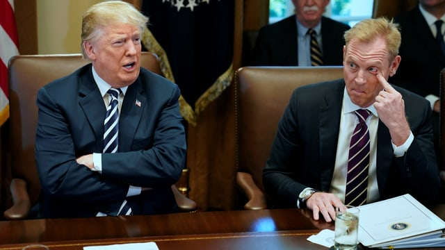 Donald Trump sitzt neben Patrick Shanahan.
