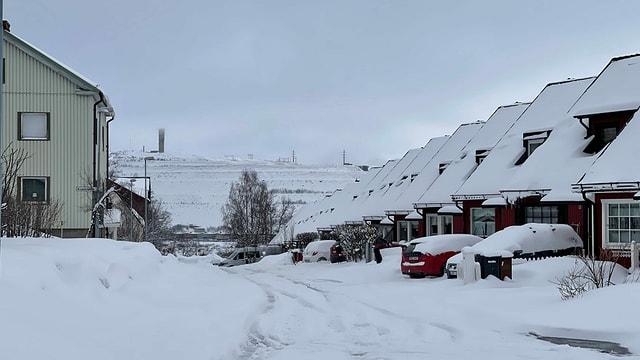 Stadtteil von Kiruna vor Erzberg im Schnee