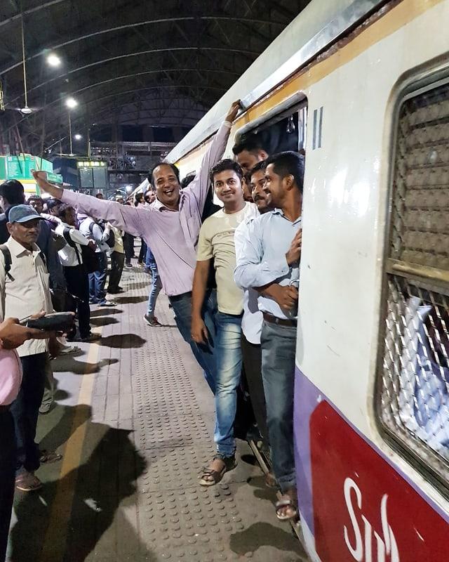 Menschen lehnen aus der offenen Zugtür