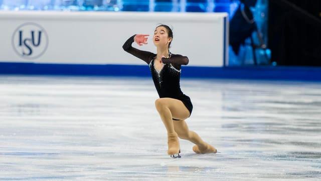 Eveline Brunner bei einer Figur auf dem Eis.