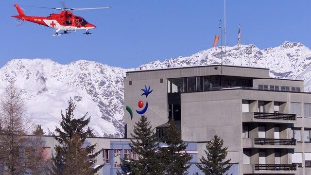 Helicopter da la Rega sur l'ospital da Tavau.