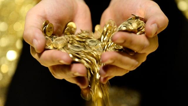 Ein Mann lässt Münzen durch seine Hand laufen
