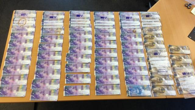 Zahlreiche 1000 Franken und 200 Franken Noten liegen ausgebreitet auf einem Tisch