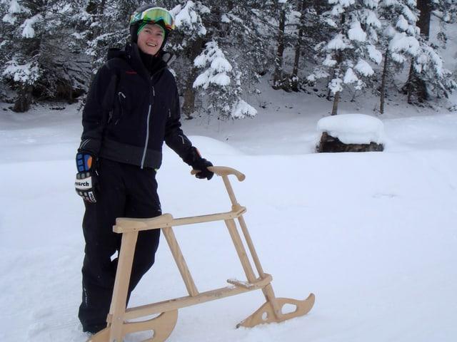 Daniela Meyer steht mit dem Velogemel im Schnee
