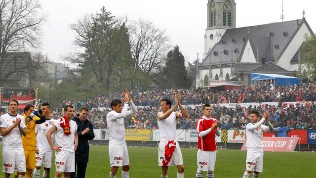 Die Mannschaft des FC Basel feiert in weissen T-Shirts im Stadion des FC Winterthur ihren Sieg im Cup.