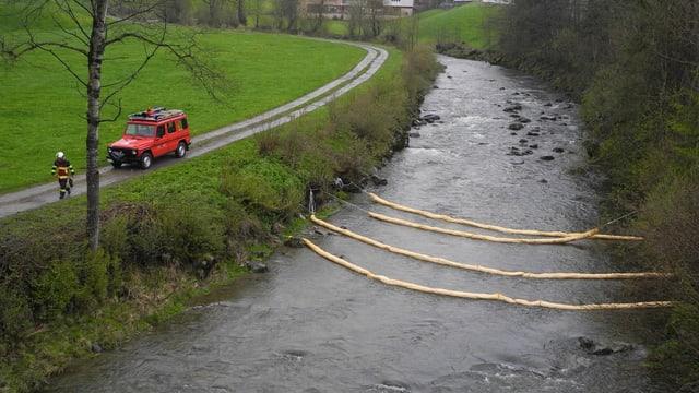 Ölsperren auf einem Fluss.