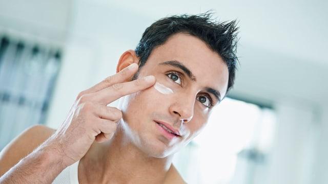Mann cremt Gesicht ein.