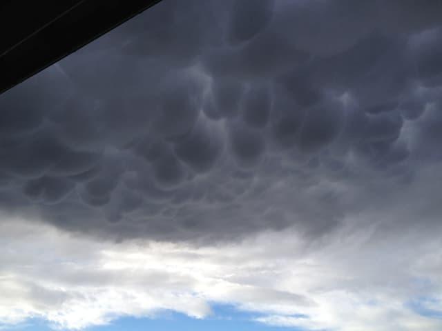 dunkelgraue Wolken am Himmel