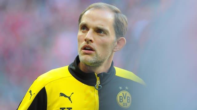 BVB-Coach Thomas Tuchel blickt nachdenklich die Tribüne empor.