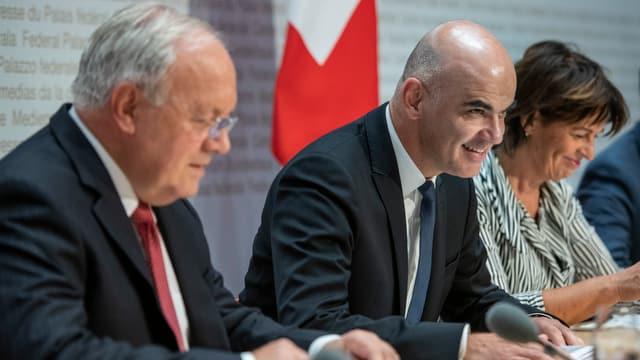 Bundesräte Schneider-Ammann, Leuthard und Berset gut gelaunt an Medienkonferenz.