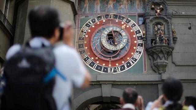 Ein Tourist fotografiert den Zytgloggeturm in Bern.